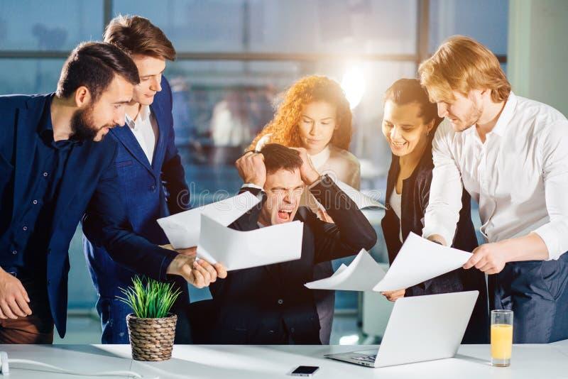 Betonter Geschäftsmann im Büroschrei, Umkippen mit Angestellten bitten um Aufmerksamkeit lizenzfreie stockbilder