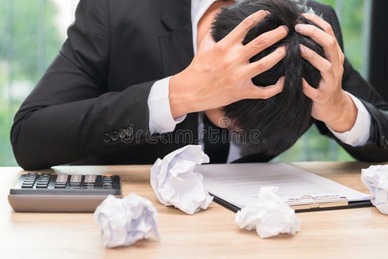 Betonter Geschäftsmann machen einen Fehler mit gekautem Papier - Migräne lizenzfreie stockfotos