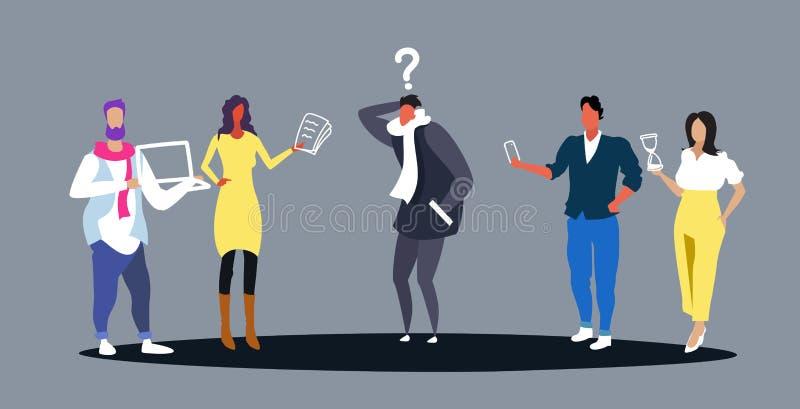 Betonter Geschäftsmann umgeben von den Kollegen mit Geräten und Papierdokumenten Fragen zu frustriert stellend stock abbildung