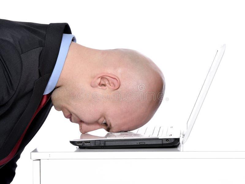 Betonter Mann und Laptop lizenzfreie stockbilder