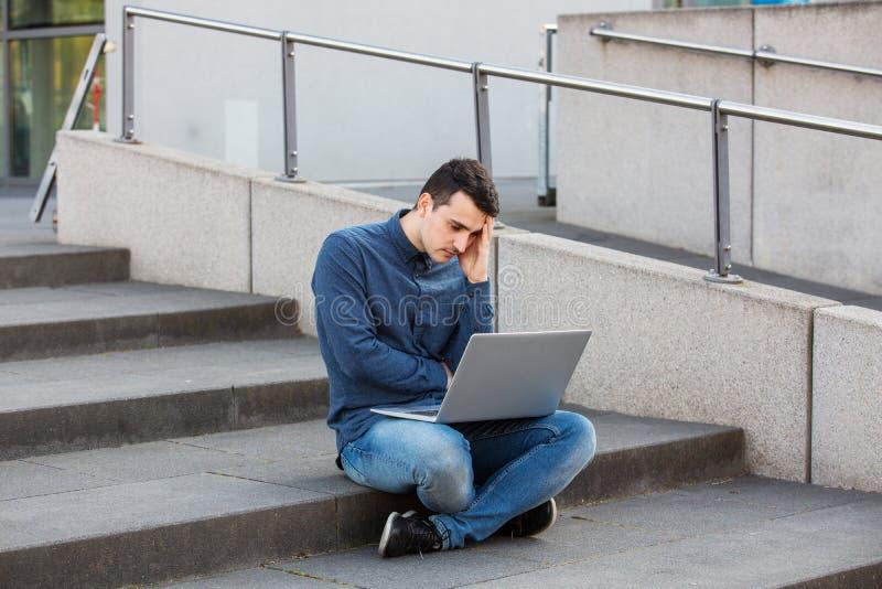 Betonter Student, der für eine Prüfung sich vorbereitet stockfoto