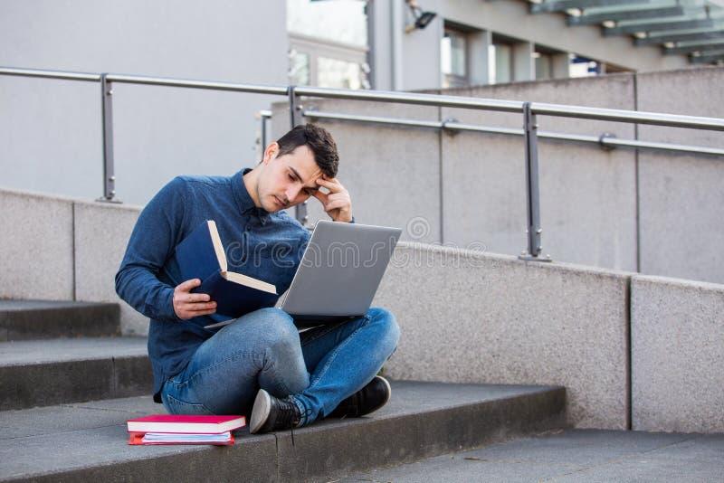 Betonter Student, der für eine Prüfung sich vorbereitet stockfotos
