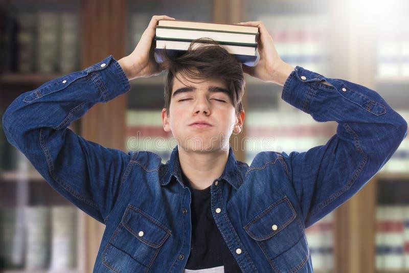Betonter Student mit Büchern stockfotos