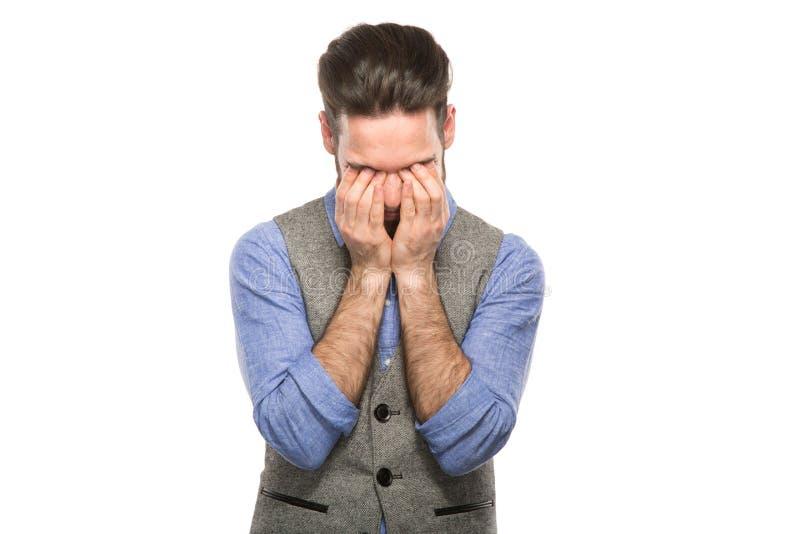 Betonter umgekippter frustrierter weißer Hintergrund des Mannes lizenzfreies stockbild