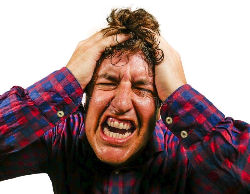Betonter und ?berw?ltigter Mann, der Haar im verr?ckten Druck und frustrierten im Gesichtsausdruck schaut zur Kamera hat schreit  lizenzfreies stockbild