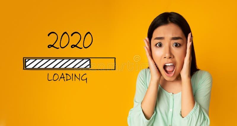 Betontes emotionales asiatisches Mädchen, das nahe 2020 ladender Stange schreit stockbild
