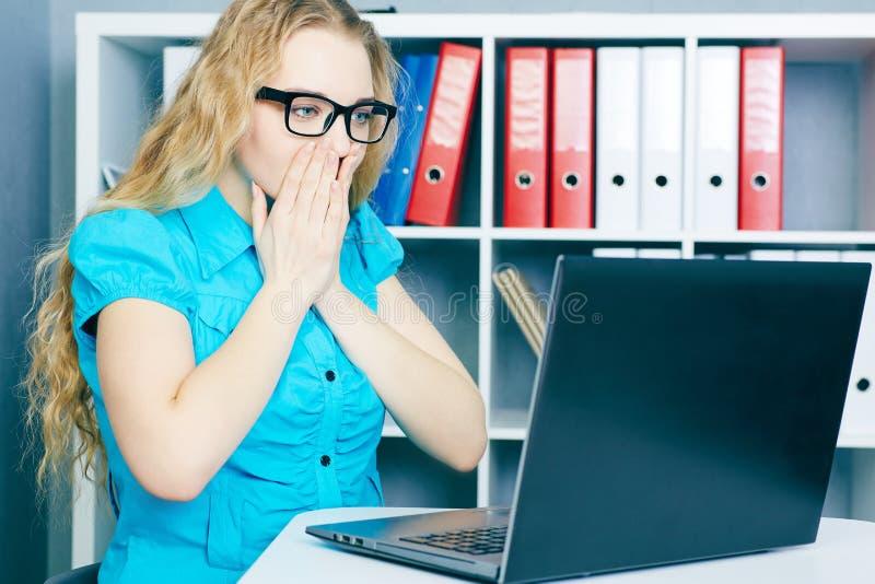 Betontes junges Mädchen vor einem Bildschirm Sie löschte versehentlich Dateien stockfotografie