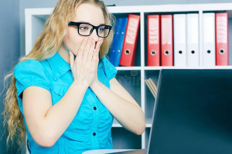 Betontes junges Mädchen vor einem Bildschirm Sie löschte versehentlich Dateien stockfoto