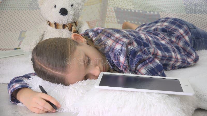 Betontes schlafendes Kind beim Studieren, Kinderschlafende schreibende Hausarbeit auf Tablet stockbild