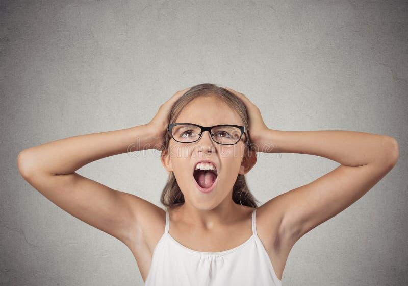Betontes schreiendes Jugendlichmädchen stockfoto