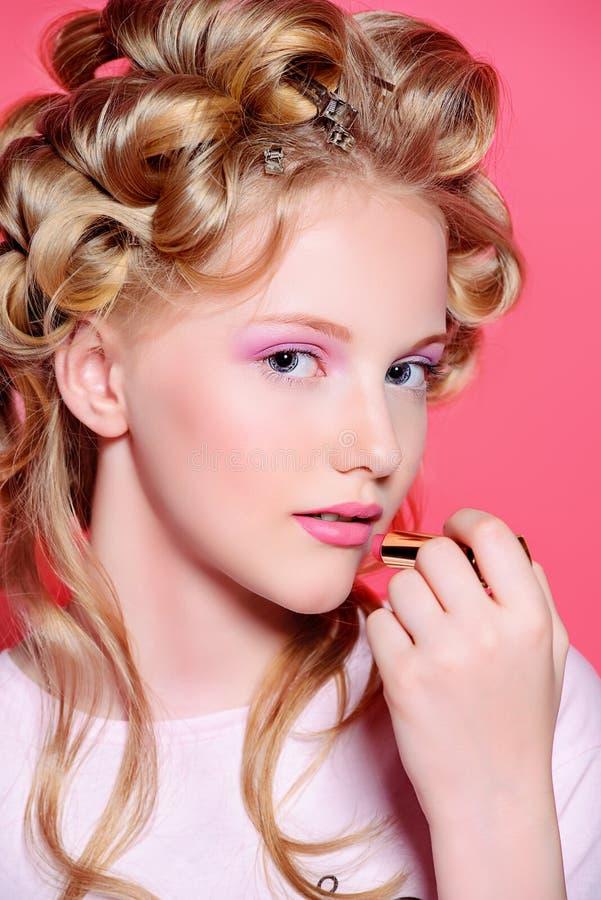 betoverend blonde meisje stock foto
