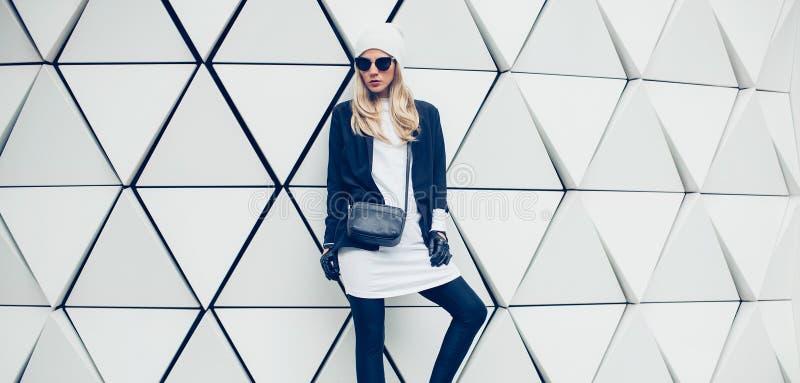 Betoverend blonde op de straat stedelijke manierstijl stock fotografie
