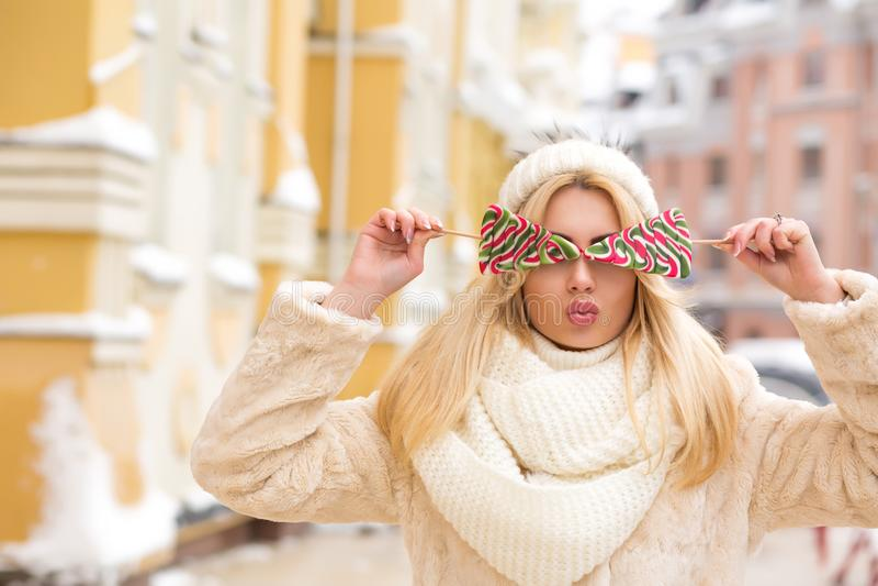 Download Betoverend Blondemodel Met Lang Haar Die Warme Gebreide Hoed Dragen, Stock Foto - Afbeelding bestaande uit mooi, traditie: 107706886