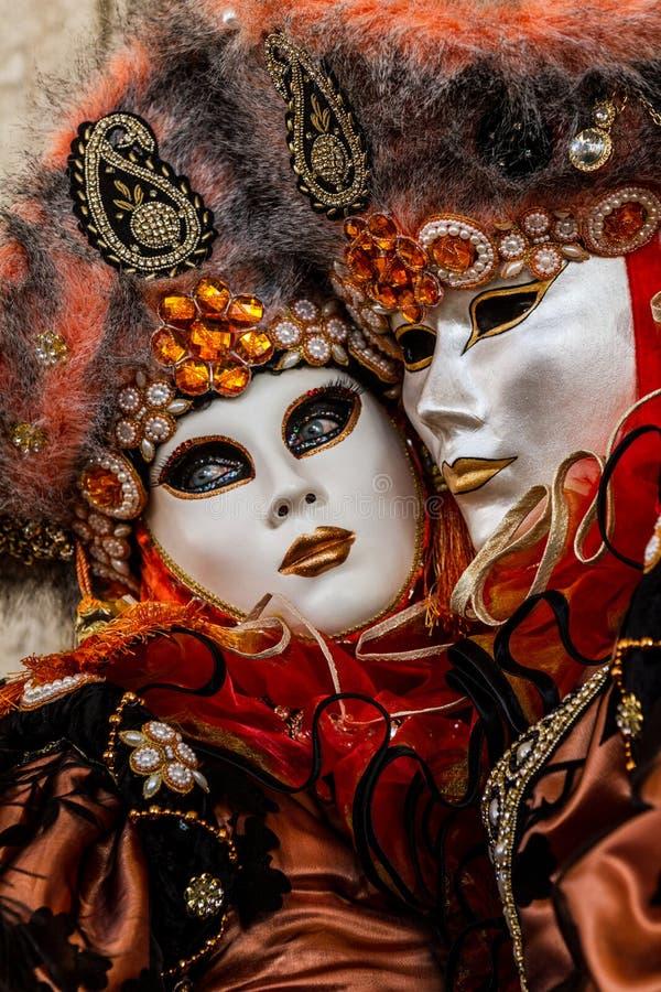 Betoverend en romantisch paar met mooie ogen en Venetiaans masker tijdens Venetië Carnaval royalty-vrije stock fotografie