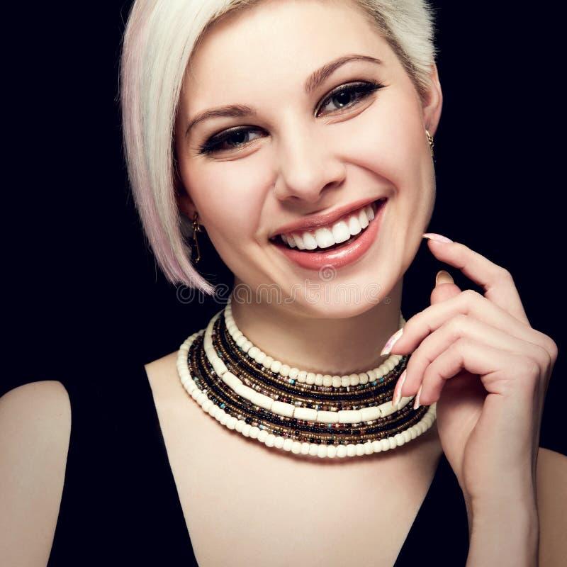 Betoverend mooie Jonge Vrouw met een Mooie Glimlach royalty-vrije stock afbeeldingen