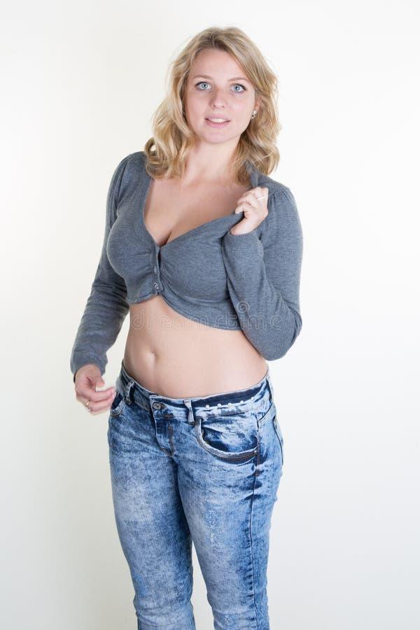 Betoverende blonde jonge sexy die vrouw op wit wordt geïsoleerd stock afbeeldingen