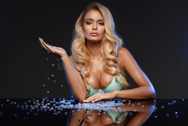 Betoverende Blondevrouw stock fotografie