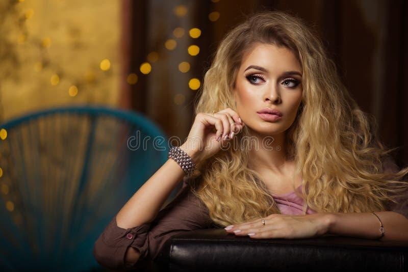 Betoverende curvy blondevrouw stock foto's
