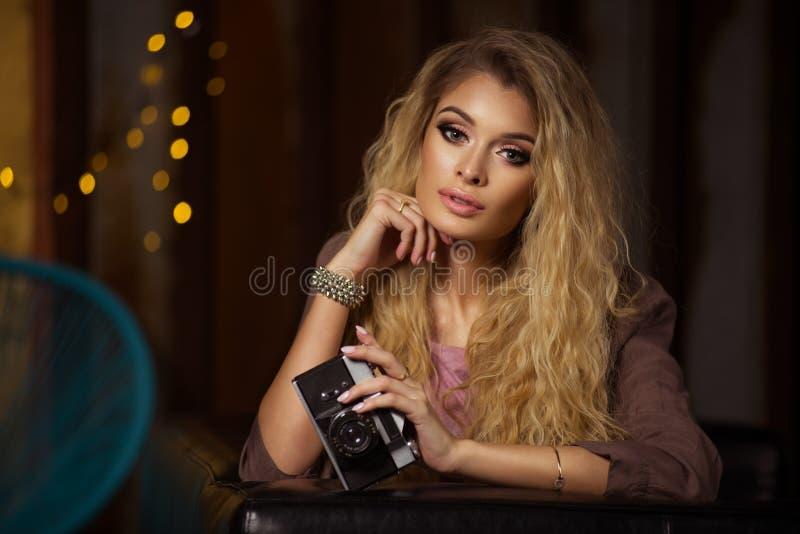 Betoverende curvy blondevrouw royalty-vrije stock foto's