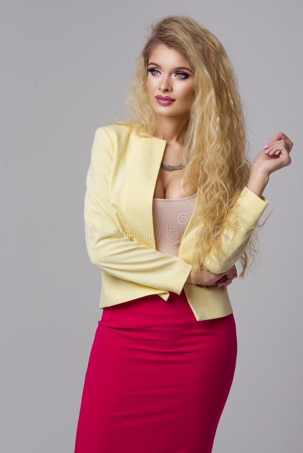 Betoverende curvy blondevrouw stock foto