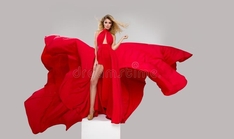 Betoverende curvy blondevrouw royalty-vrije stock fotografie