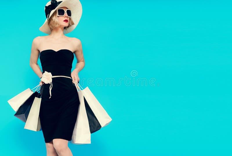 Betoverende de zomer het winkelen damestijl stock afbeeldingen