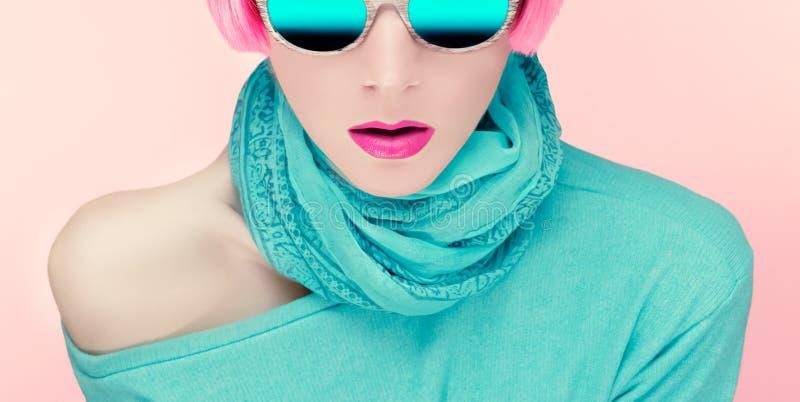 Betoverende jonge vrouw in modieuze zonnebril stock foto's