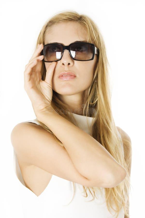 Betoverende jonge vrouw in zonnebril royalty-vrije stock foto's