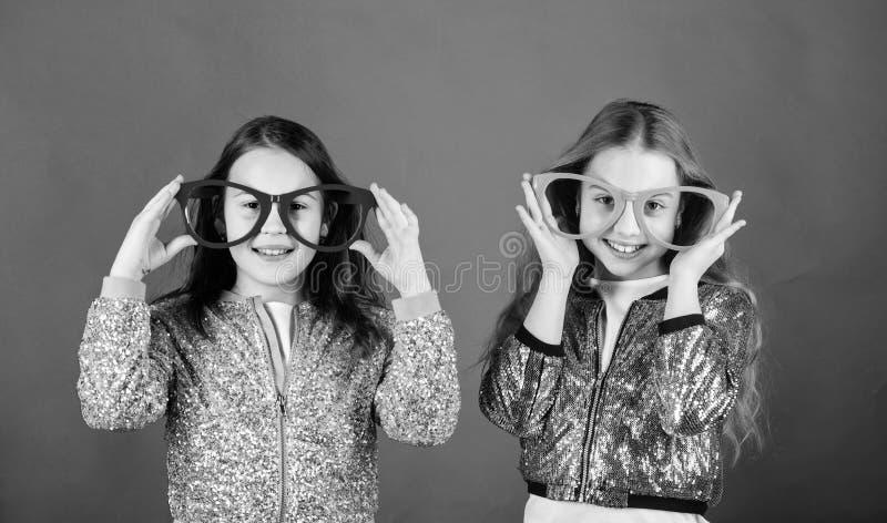 Betoverende kleine clubbers Kleine jonge geitjes in partijglazen die pret hebben Koele partijmeisjes die buitensporige glazen dra royalty-vrije stock afbeelding
