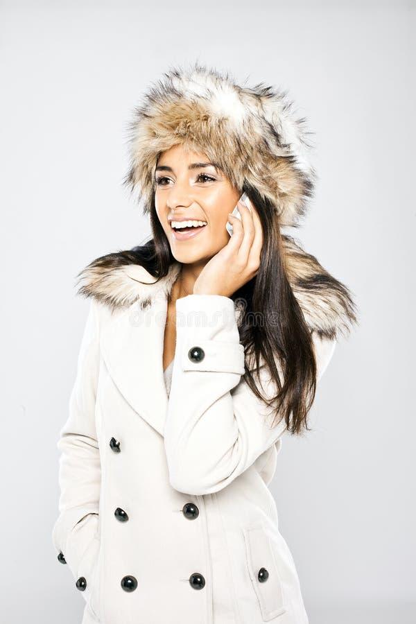 Betoverende Lachende Vrouw op Mobiele Telefoon royalty-vrije stock afbeelding