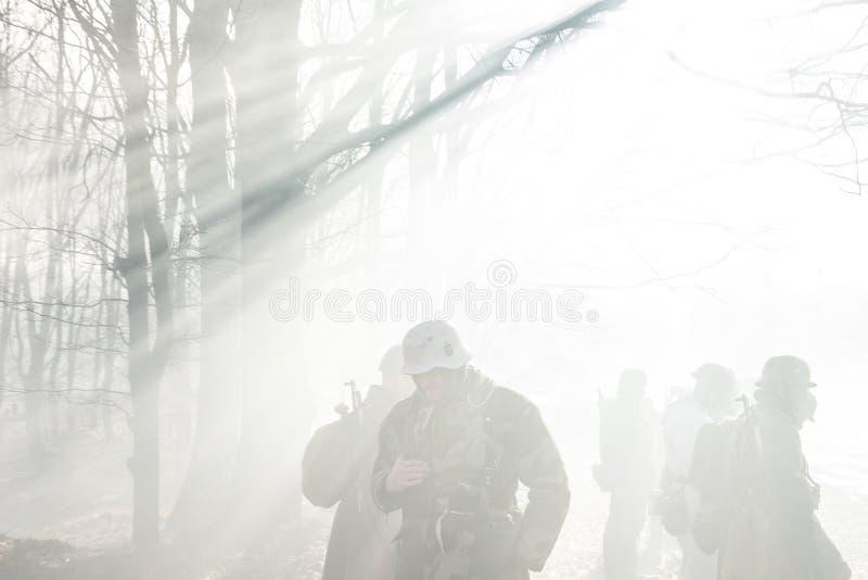 Beträffande-enactors klätt som soldaten In Worl för tyskWehrmacht infanteri arkivbilder