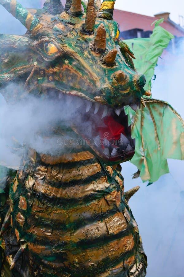 Beträffande-lag legend av den medeltida striden mot branden - andas draken arkivbild