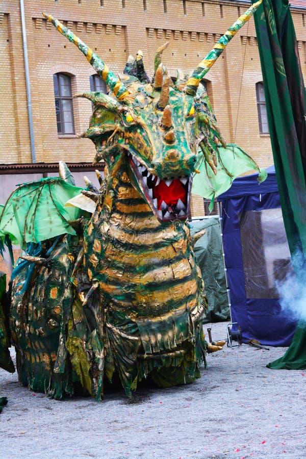 Beträffande-lag legend av den medeltida striden mot branden - andas draken arkivfoto
