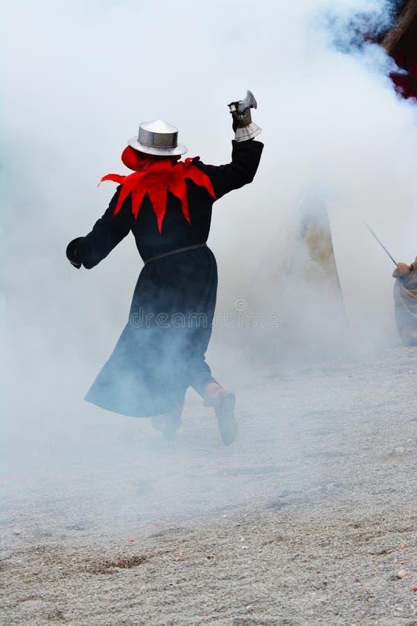 Beträffande-lag legend av den medeltida striden mot branden - andas draken arkivbilder