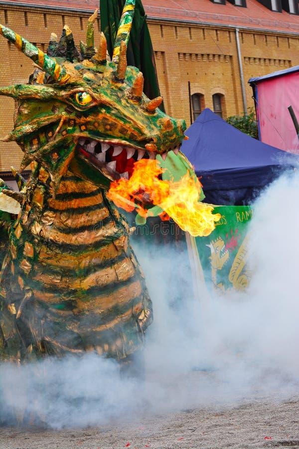 Beträffande-lag legend av den medeltida striden mot branden - andas draken arkivfoton