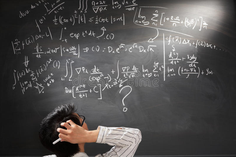 Betrachten der schwierigen komplizierten Gleichung lizenzfreies stockbild