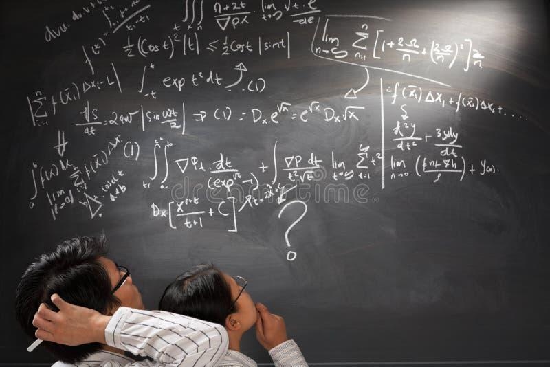 Betrachten der schwierigen komplizierten Gleichung stockbilder