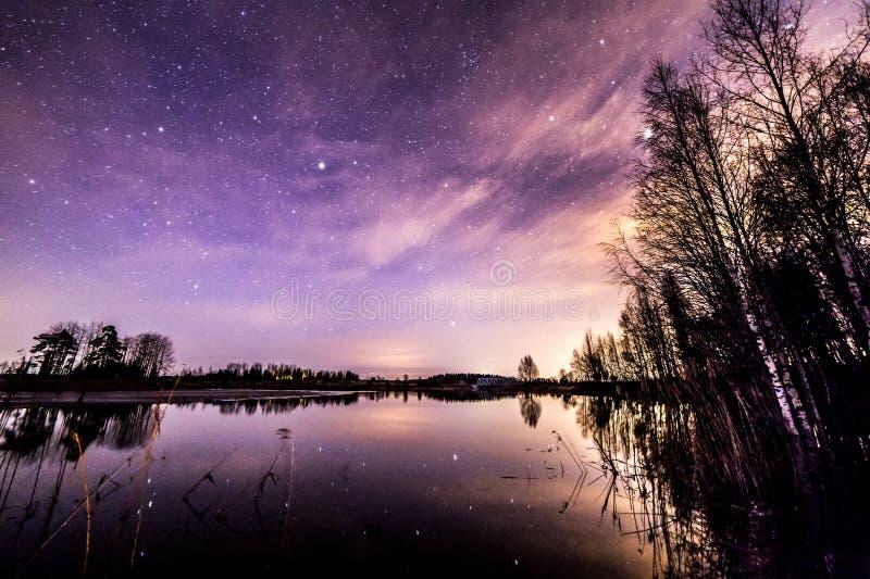 Betrachten der Sterne stockbild