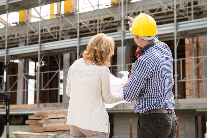 Betrachten des Bau-Gebäudes lizenzfreies stockfoto