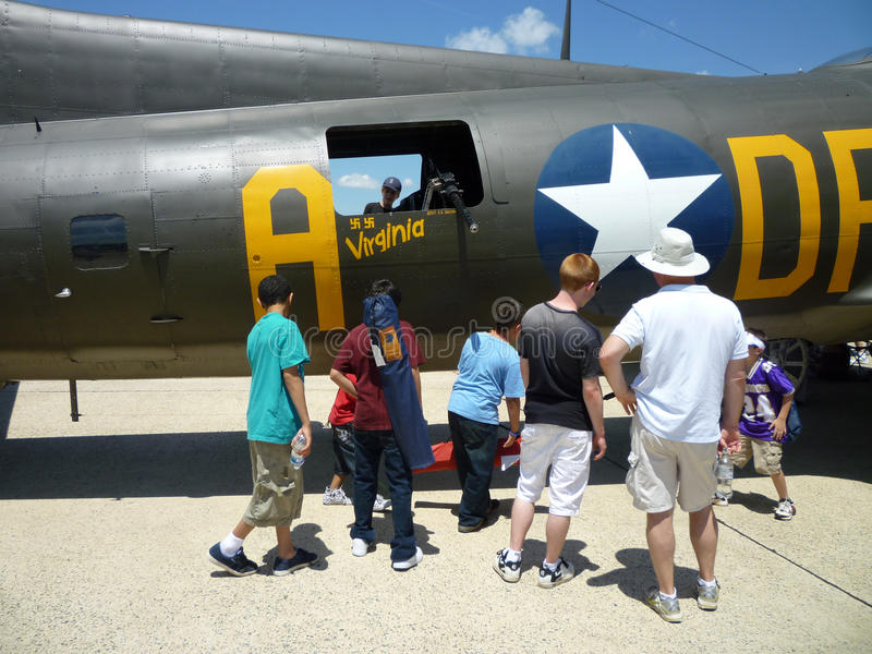 Betrachten des Bombers B17 lizenzfreies stockbild