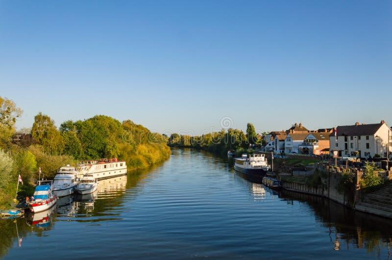 Betrachten des Flusses Severn an einem Herbsttag von der Brücke bei Upton Upon Severn, Großbritannien stockbilder