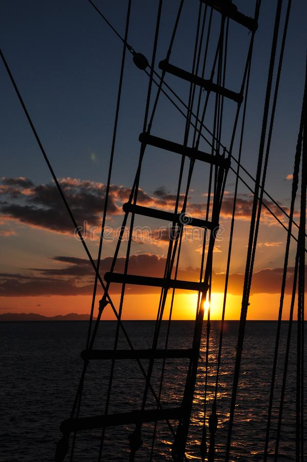 Betrachten durch die Takelung auf einem Segelboot Sonnenuntergang lizenzfreies stockbild