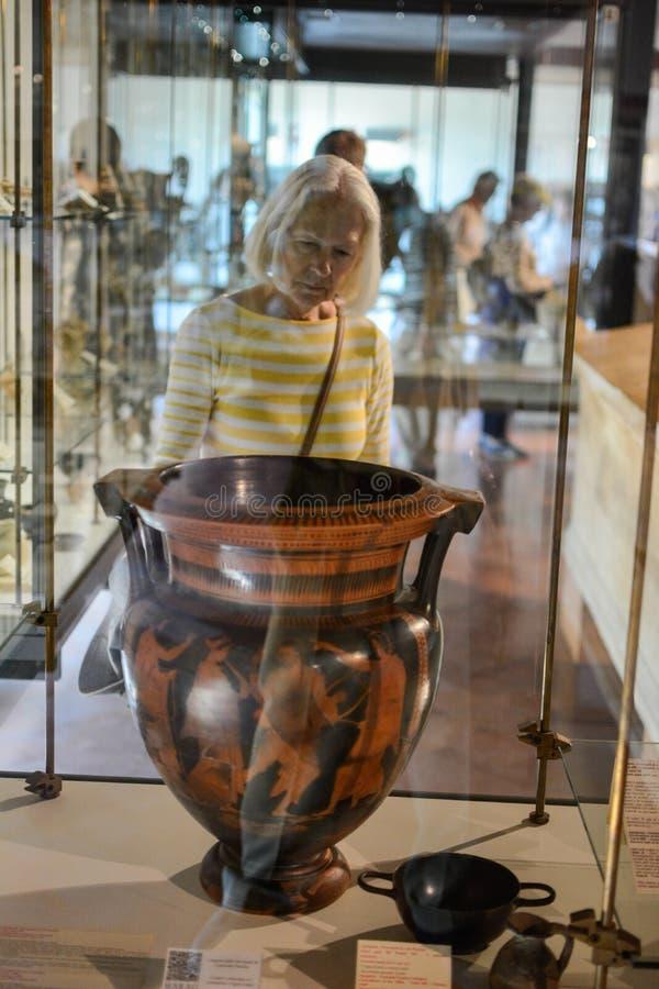 Betrachten eines griechischen Vase Agrigent-Museums Sizilien lizenzfreie stockfotos