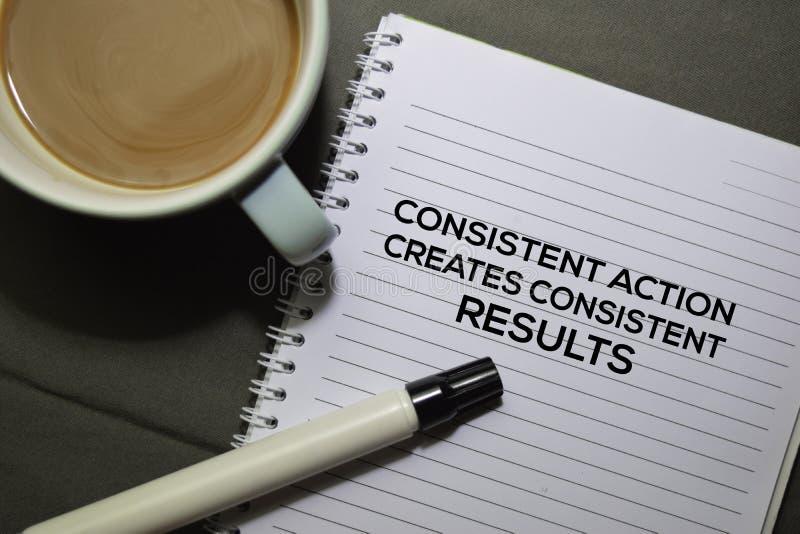 Betrachten Sie Aktion Erstellt den Text 'Konsistente Ergebnisse' des Buches, isoliert auf dem Schreibtischhintergrund lizenzfreies stockbild