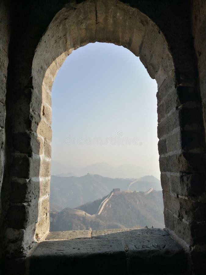 Betrachten Sie die Chinesische Mauer durch das Fensterloch lizenzfreies stockfoto