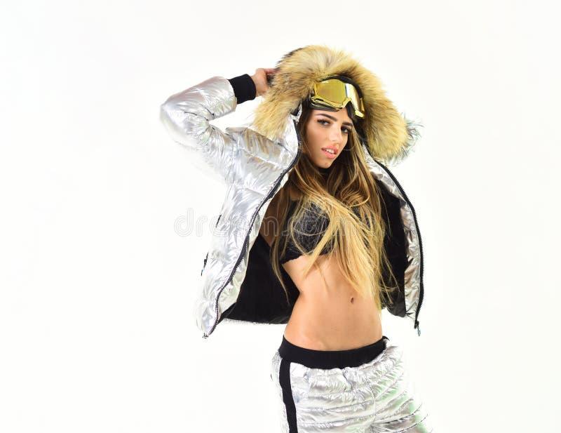 Betrachten Sie dieses Er ist so kalt Sexy Frau in der Winterkleidung Glückliche Winterfeiertage Mädchen in der Ski- oder Snowboar stockfotografie