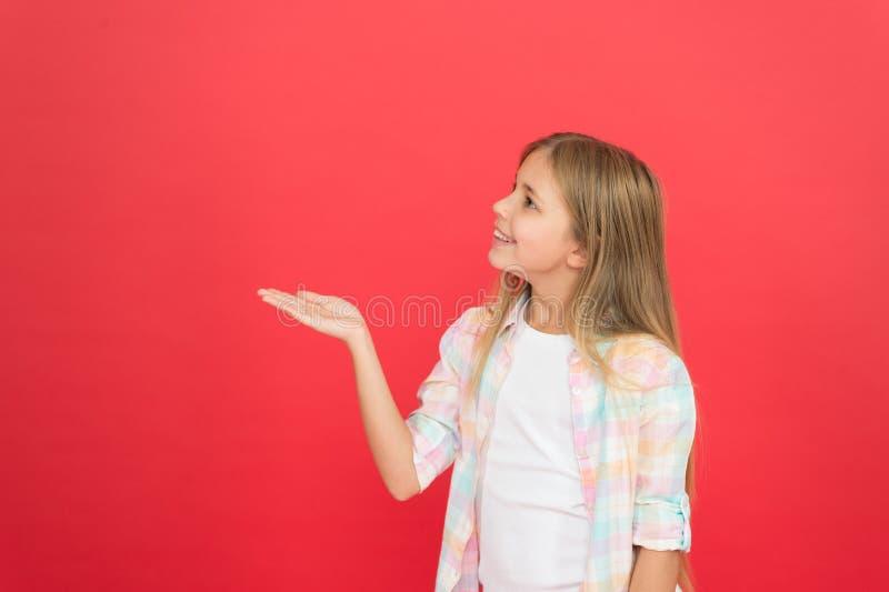 Betrachten Sie dieses Positives Gef?hlkonzept Der Tag der gl?ckliche Kinder Gl?cklich sein jeden Tag Zufällige Art des Schulmädch lizenzfreie stockbilder