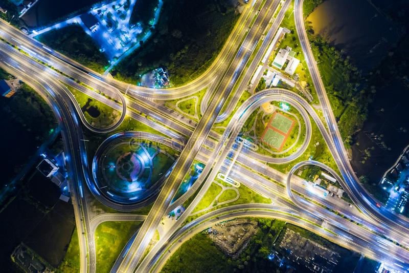 Betrachten Sie hinunter Ansicht über die Landstraße Nacht auf Schnellstraße und Motor lizenzfreie stockbilder