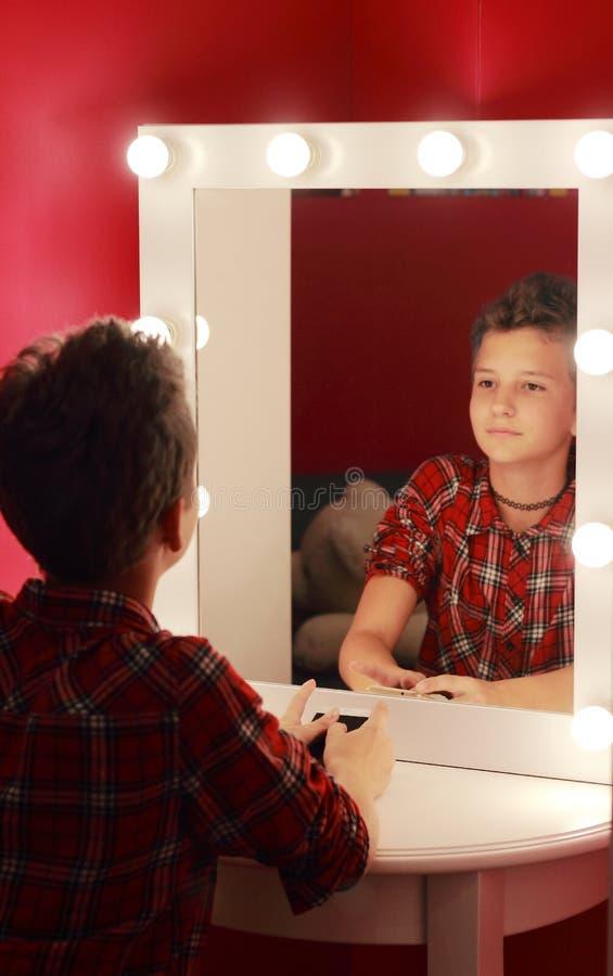 Betrachten Sie Ihre Reflexion im Spiegel lizenzfreies stockfoto
