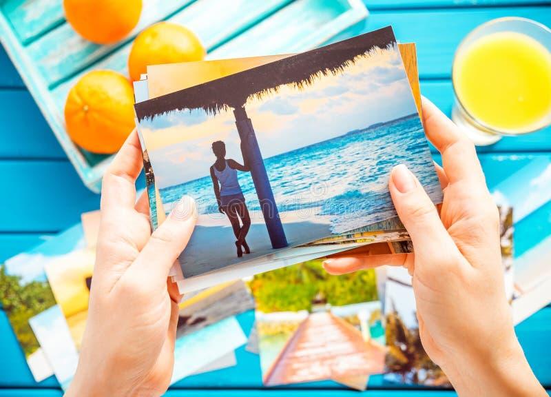 Betrachten von Fotos stockbild